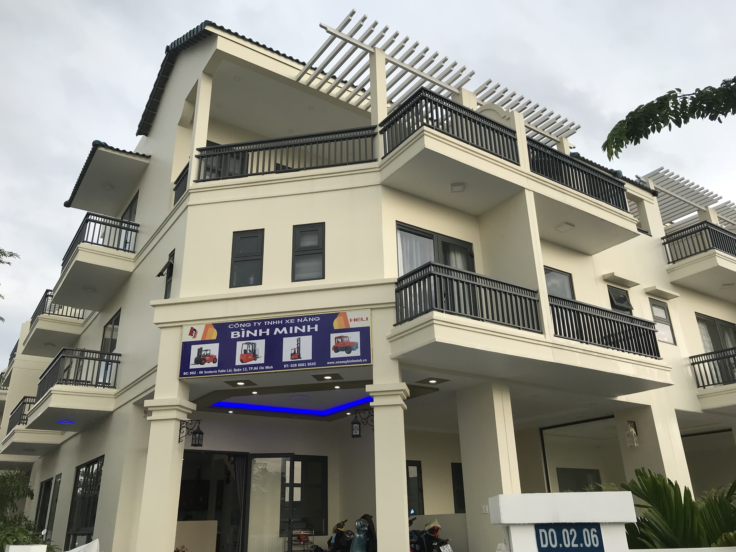 Xe nâng Bình Minh chuyển văn phòng mới ở miền Nam